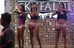 泰国拟终结色情业 实拍芭堤雅酒吧女孩街头揽客